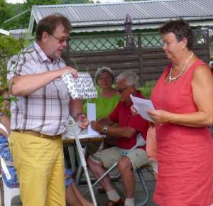 Leif Henriksson gratulerar Solweig Hultman